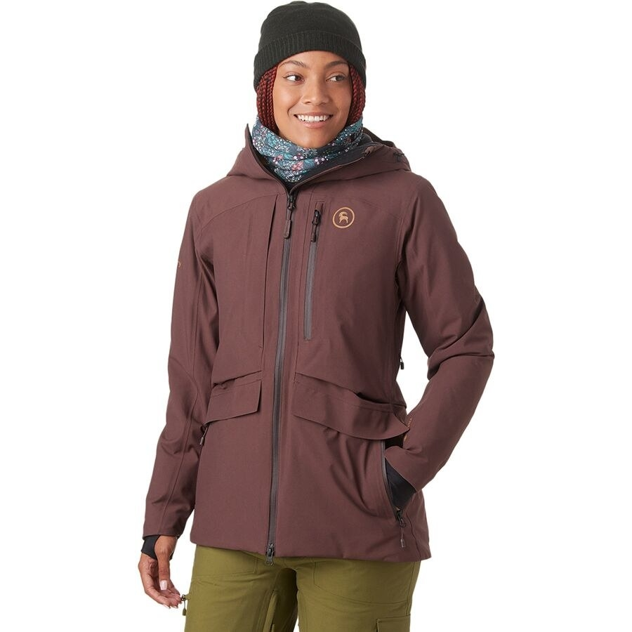 Model wearing the ski jacket in the color French Roast