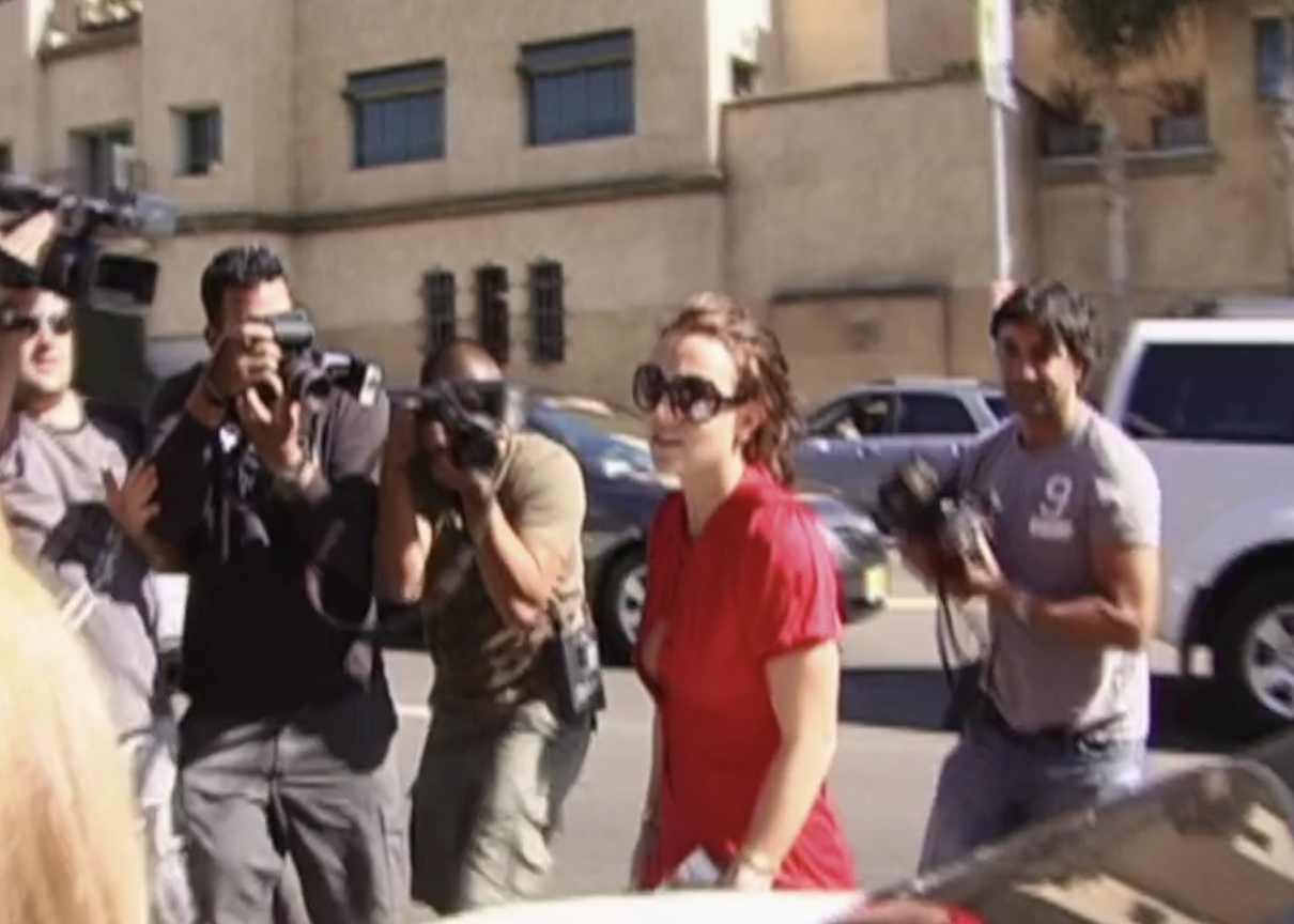 Britney walking somewhere while she's surrounded by dozens of photogs