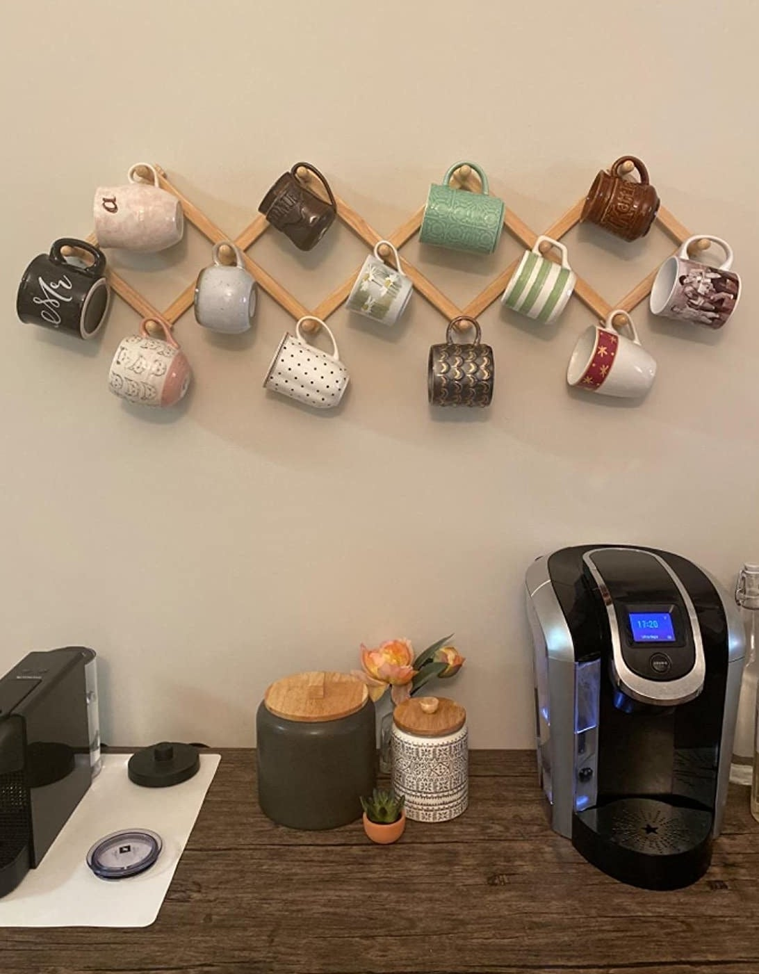 A reviewer's photo of the rack holding mugs