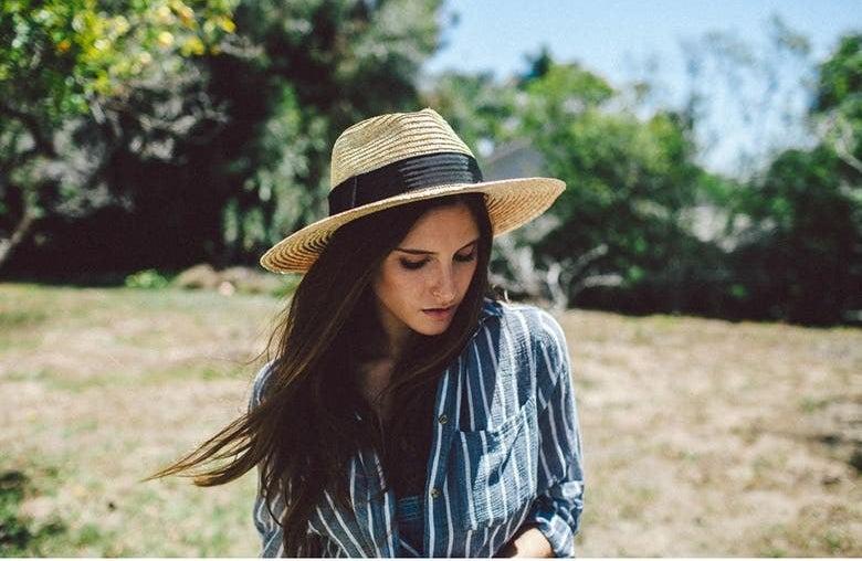 A model wears the hat in Honey/Black