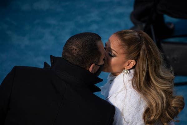 Jlo dan Arod berciuman di pelantikan