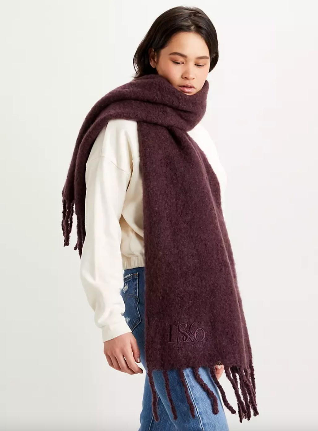 The fuzzy wrap scarf in bordeaux