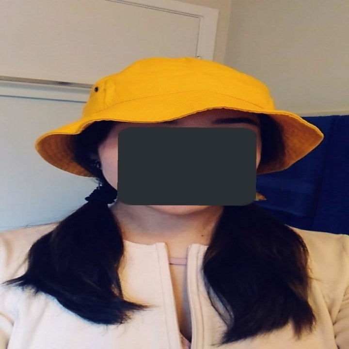 reviewer wearing hat in yellow