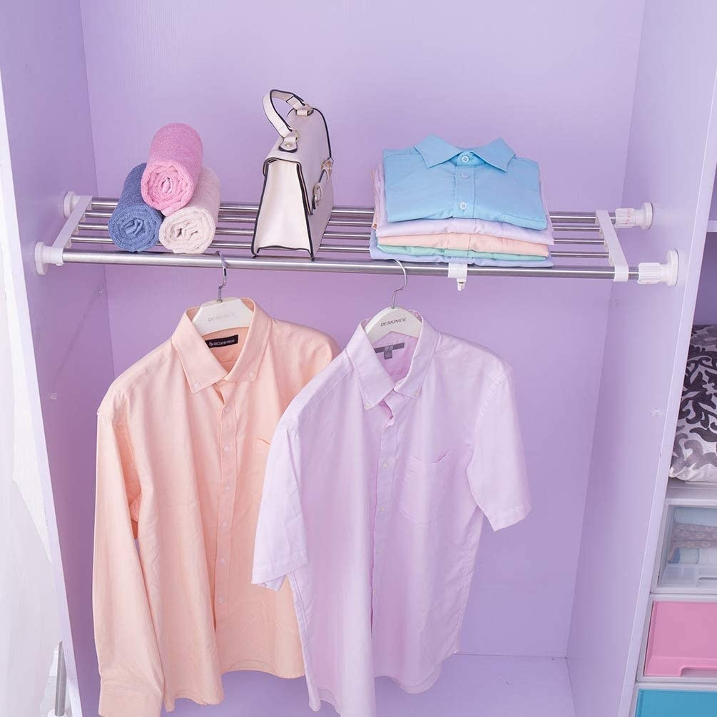 Expandable shelf placed in closet