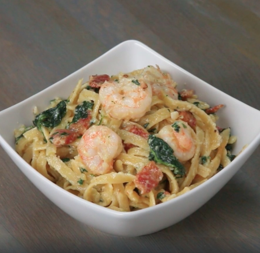 The shrimp and spinach fettuccine alfredo in a bowl