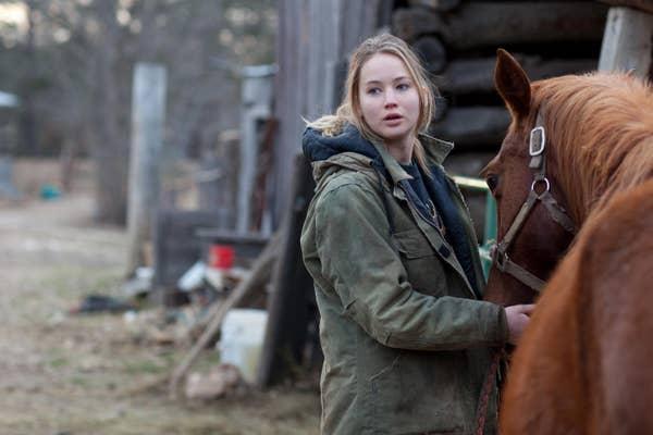 Jennifer dalam film dengan seekor kuda