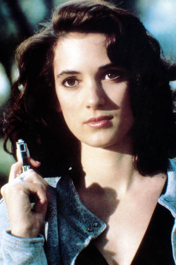 Winona memegang pistol di film itu