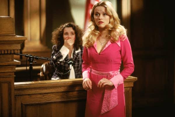 Reese sebagai Elle di pengadilan dalam film tersebut