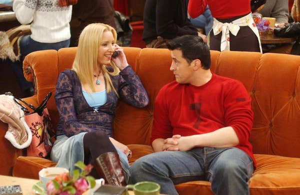 Phoebe duduk dengan Joey di sofa