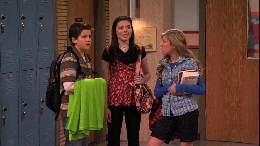 Carly, Sam, and Freddie in the school hallway.