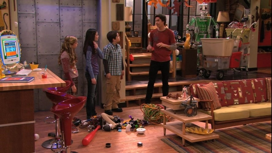 Carly, Sam, Freddie, and Spencer in their living room