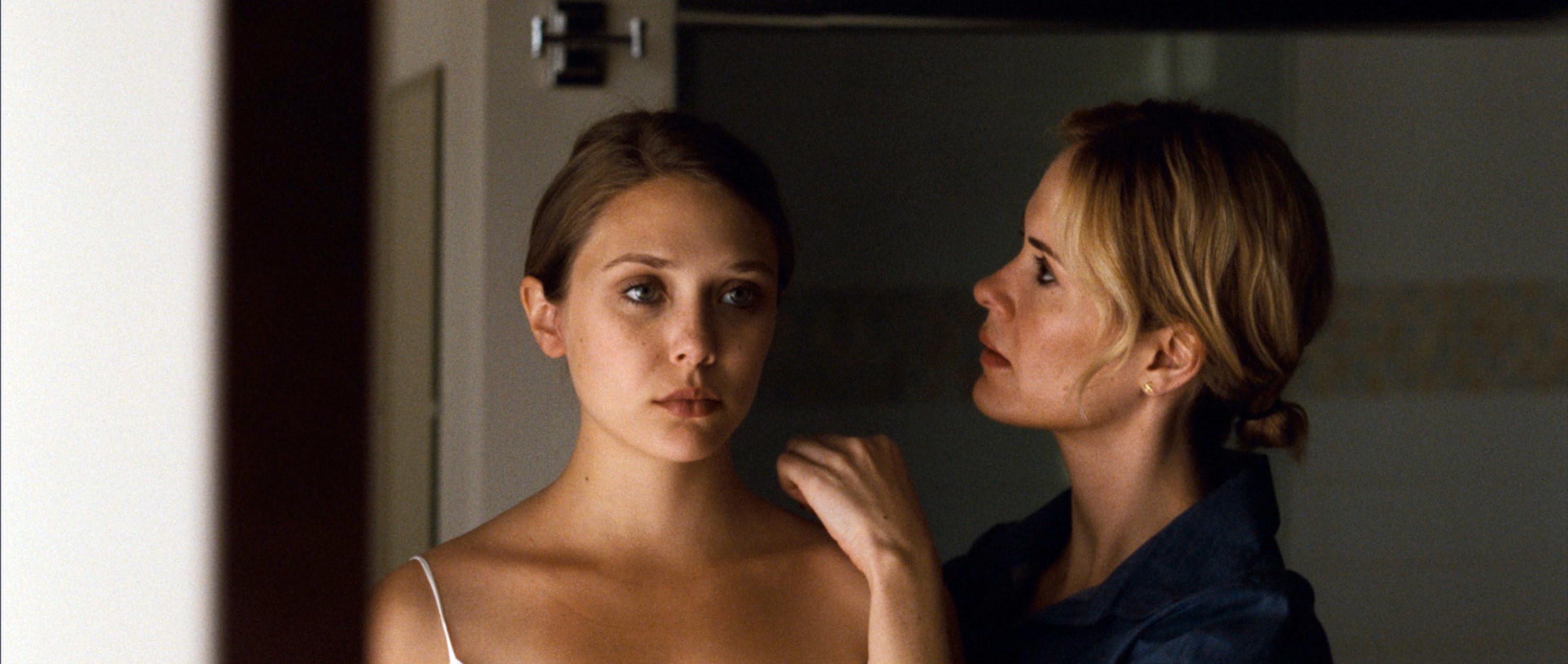 Martha/Marcy/Marlene looking in the mirror in Martha Marcy May Marlene