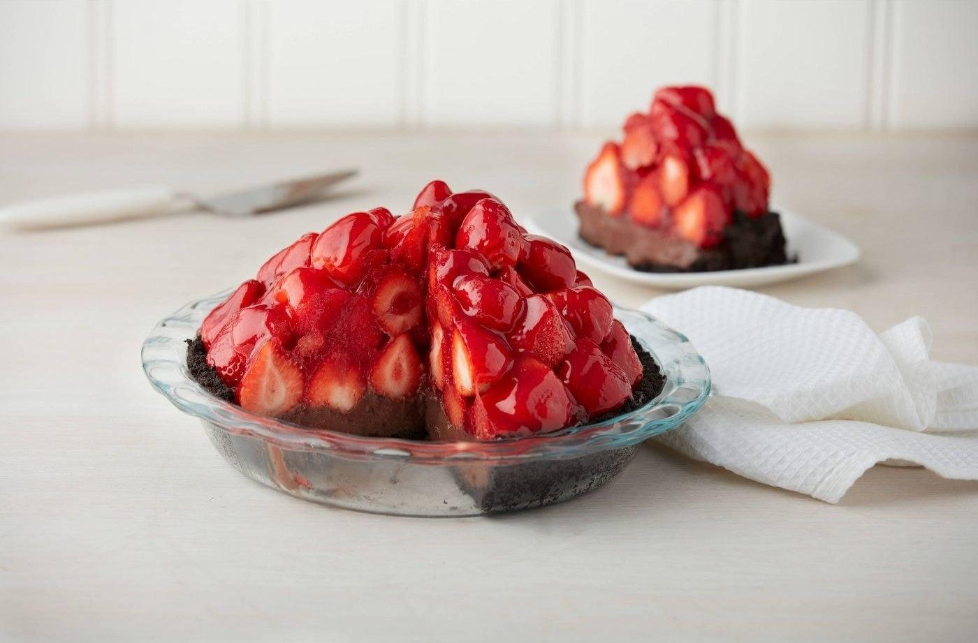 A glass pie plate with a strawberry pie