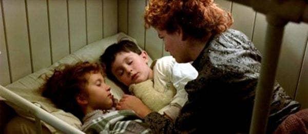 Seorang ibu menidurkan kedua putranya saat kapal tenggelam