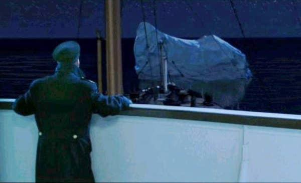 Pengamatan di kapal melihat gunung es di kejauhan