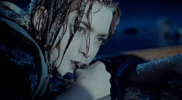 Rose, dengan es di rambutnya, mencoba meniup peluit untuk menarik perhatian sekoci