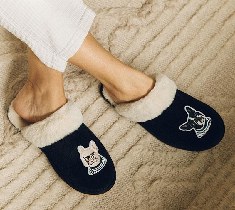 The slippers with embroidered details of a blonde and black French bulldog