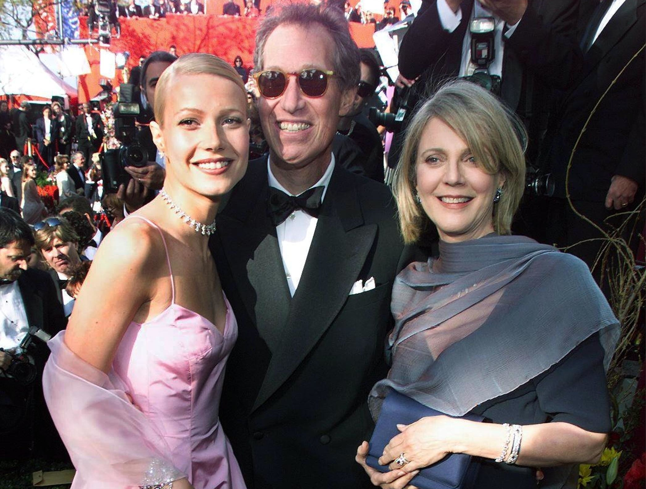 Gwyneth poses with her parents at the Oscars