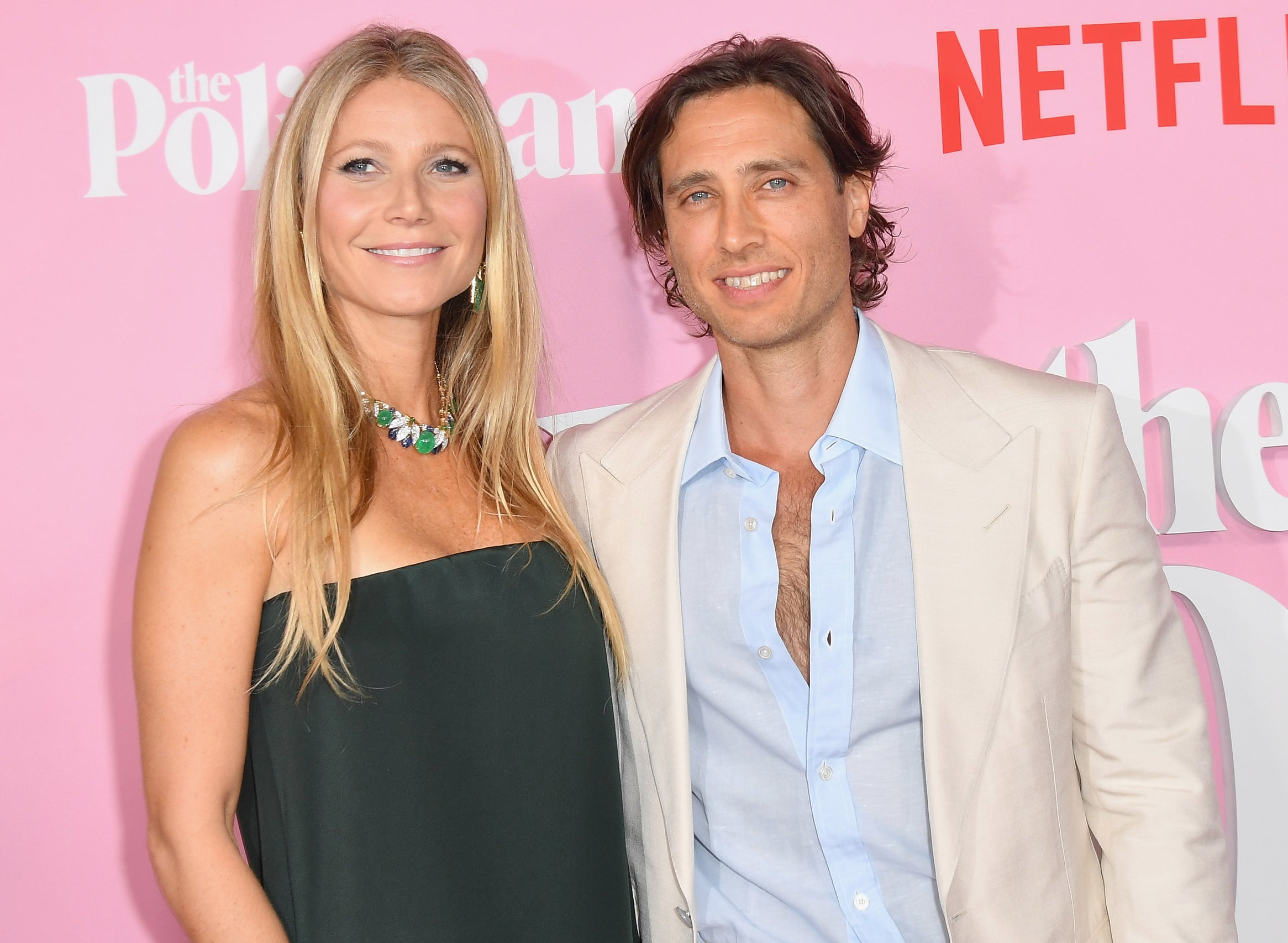Gwyneth and Brad pose on a red carpet