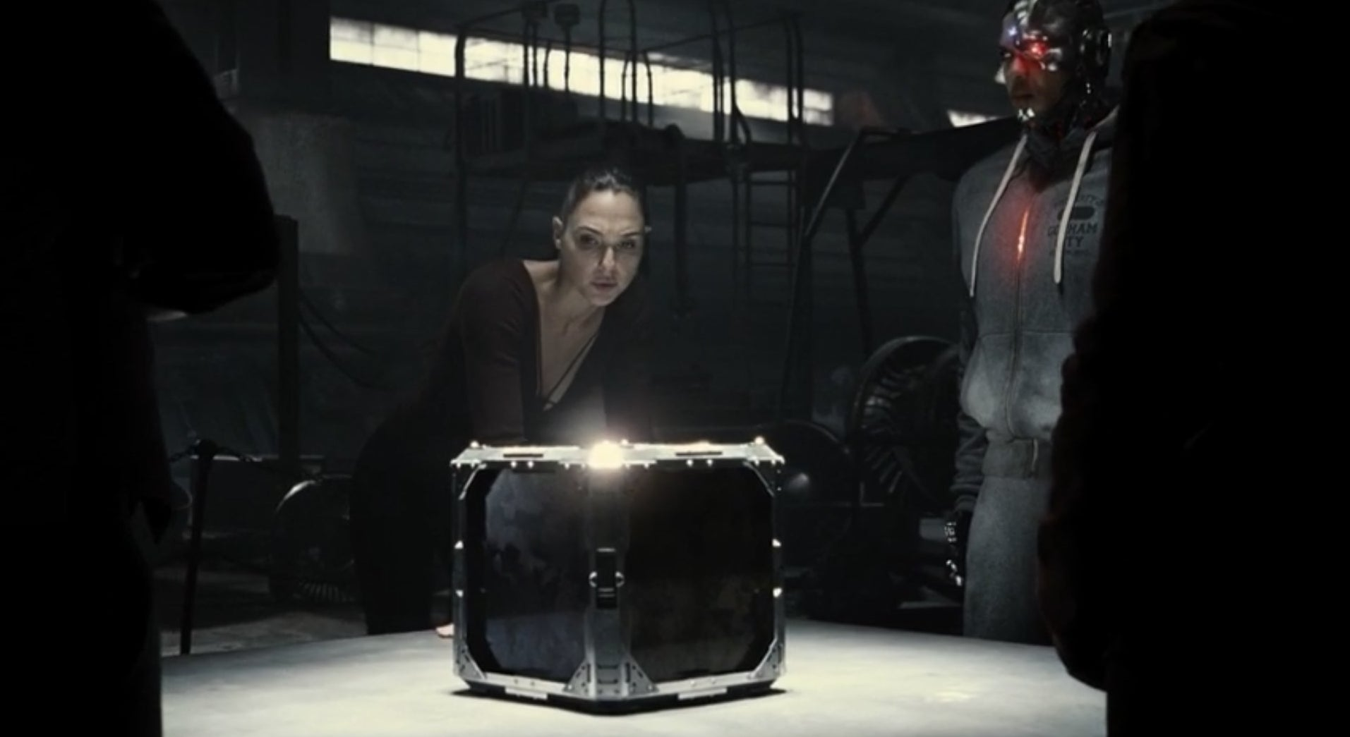 Wonder Woman, Cyborg, Aquaman, Flash, and Batman check out a Mother Box.