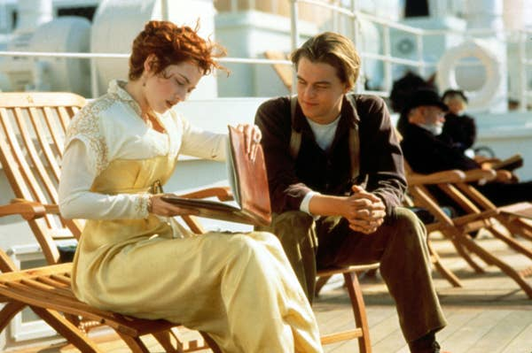 Rose melihat-lihat sketsa Jack di geladak kapal
