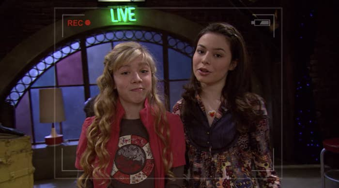 Sam and Carly in the iCarly pilot