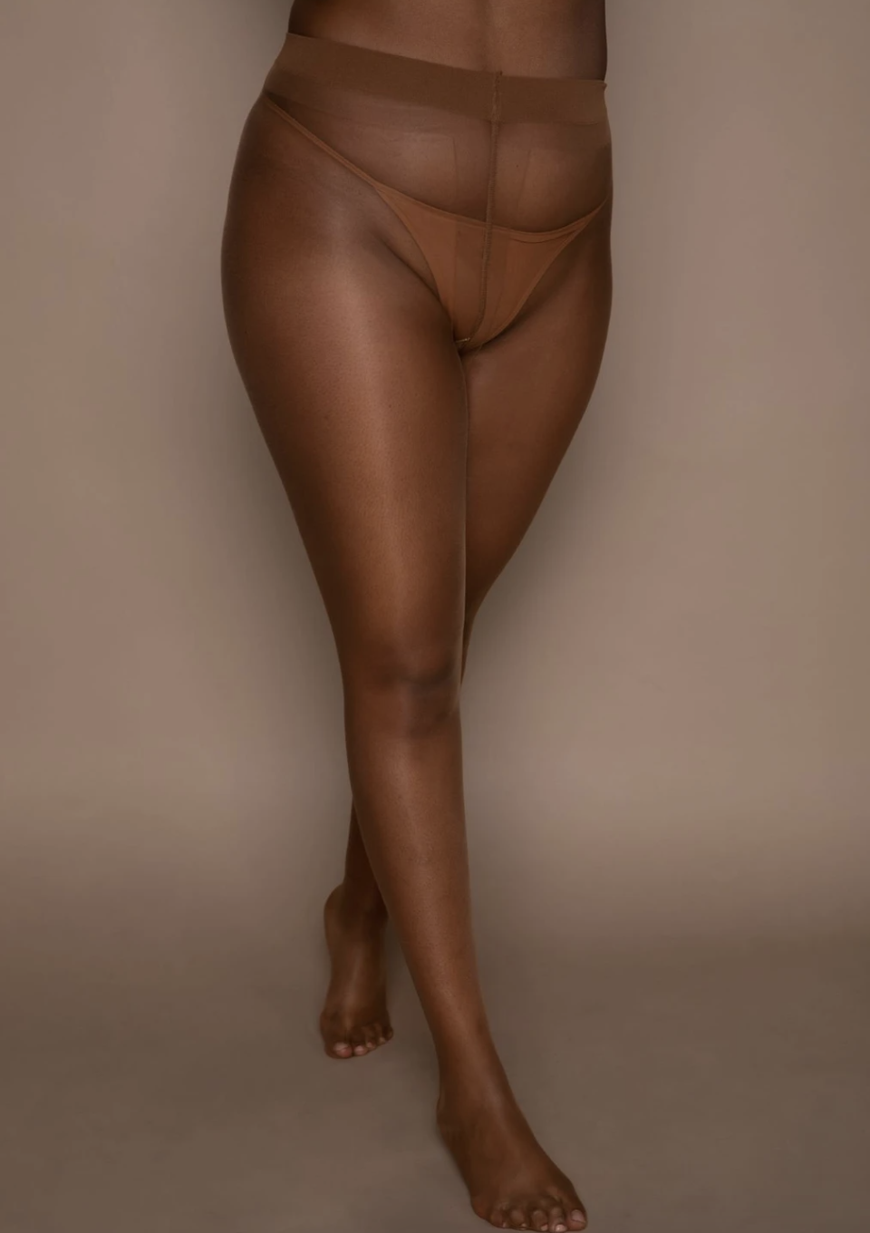 A model wearing the tights in caramel