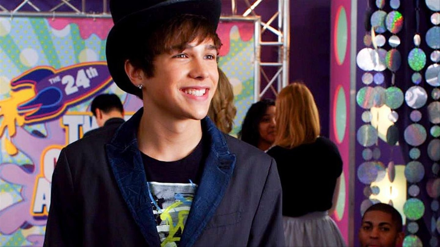 Austin Mahone smiling at the Tween Choice Awards