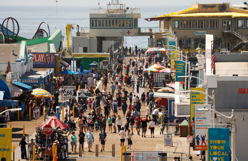 The crowded santa monica boardwalk