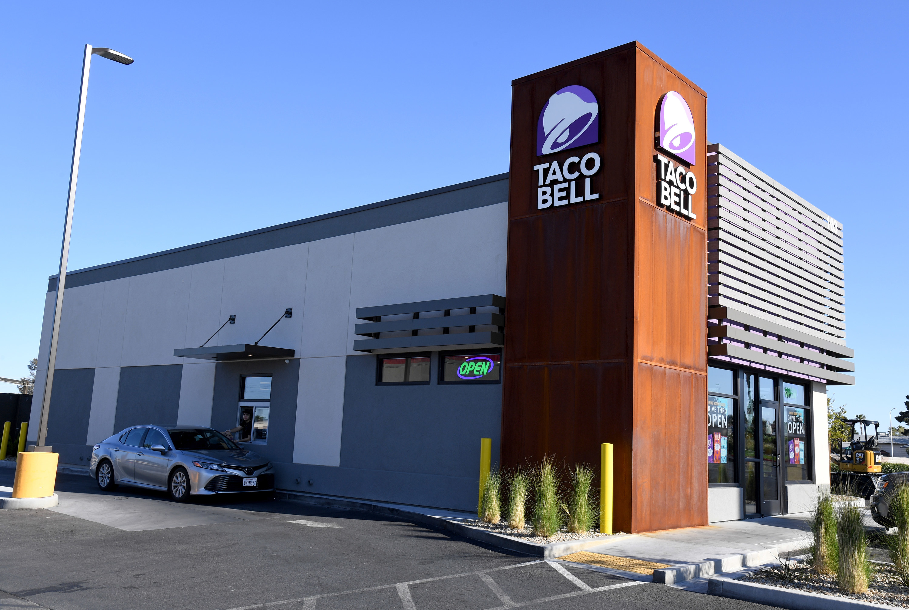 A Taco Bell location in the daylight