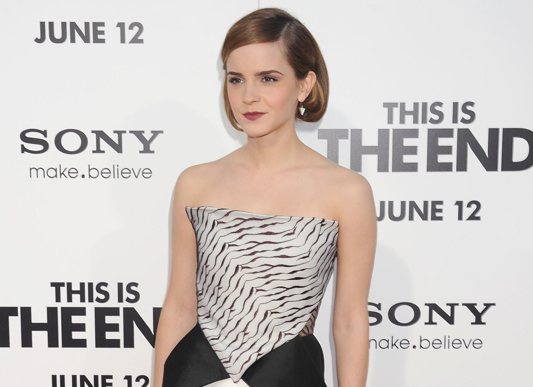 Emma poses on the red carpet at the premiere