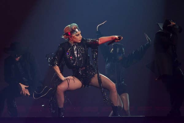 Lady Gaga menari dengan pakaian kulit