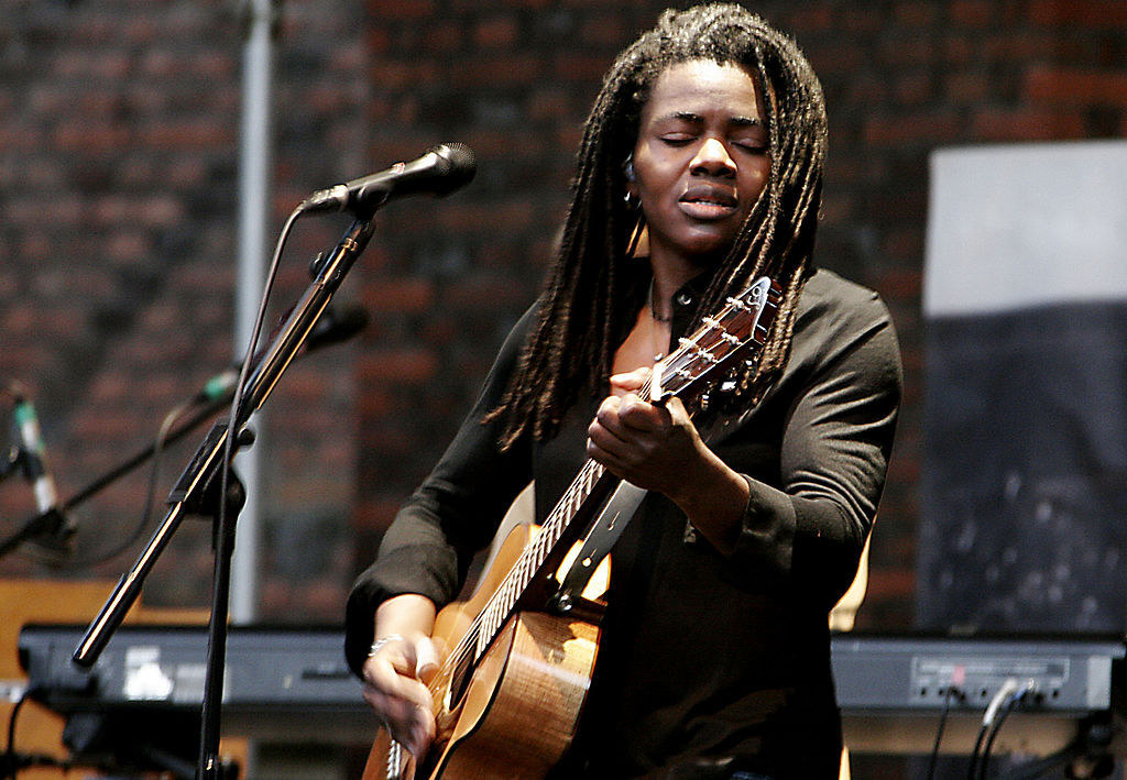Tracy Chapman plays her guitar