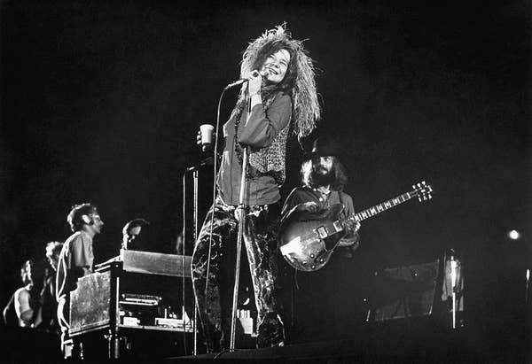 Janice Joplin tampil dengan Full Tilt Boogie Band di atas panggung