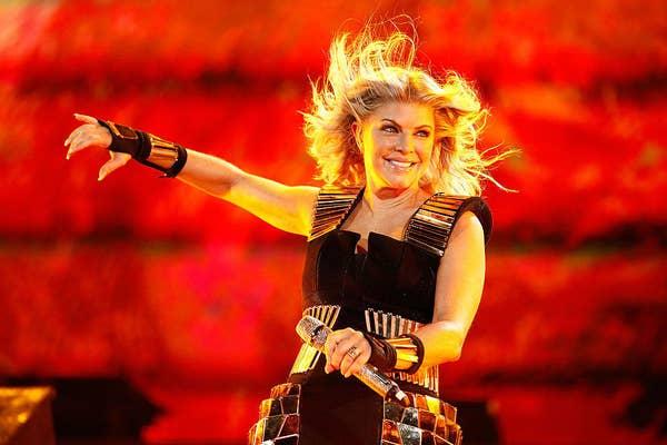 Fergie tampil di atas panggung