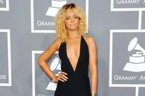 Rihanna dengan rambut pirang di karpet merah
