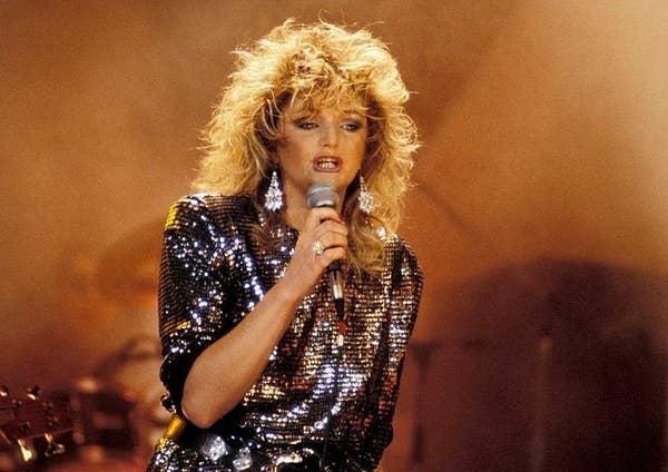 Bonnie Tyler tampil dengan pakaian berpayet