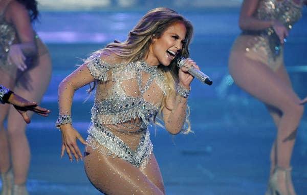 Jennifer Lopez bernyanyi di mikrofon