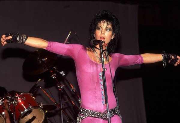 Joan Jett tampil dengan triko merah muda