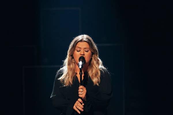 Kelly Clarkson bernyanyi di mikrofon