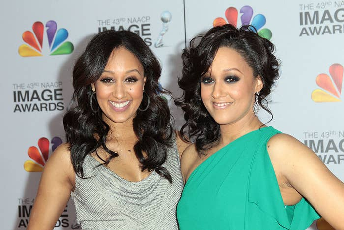 Tamera Mowry-Housley (L) and Tia Mowry arrive at the 43rd NAACP Image Awards