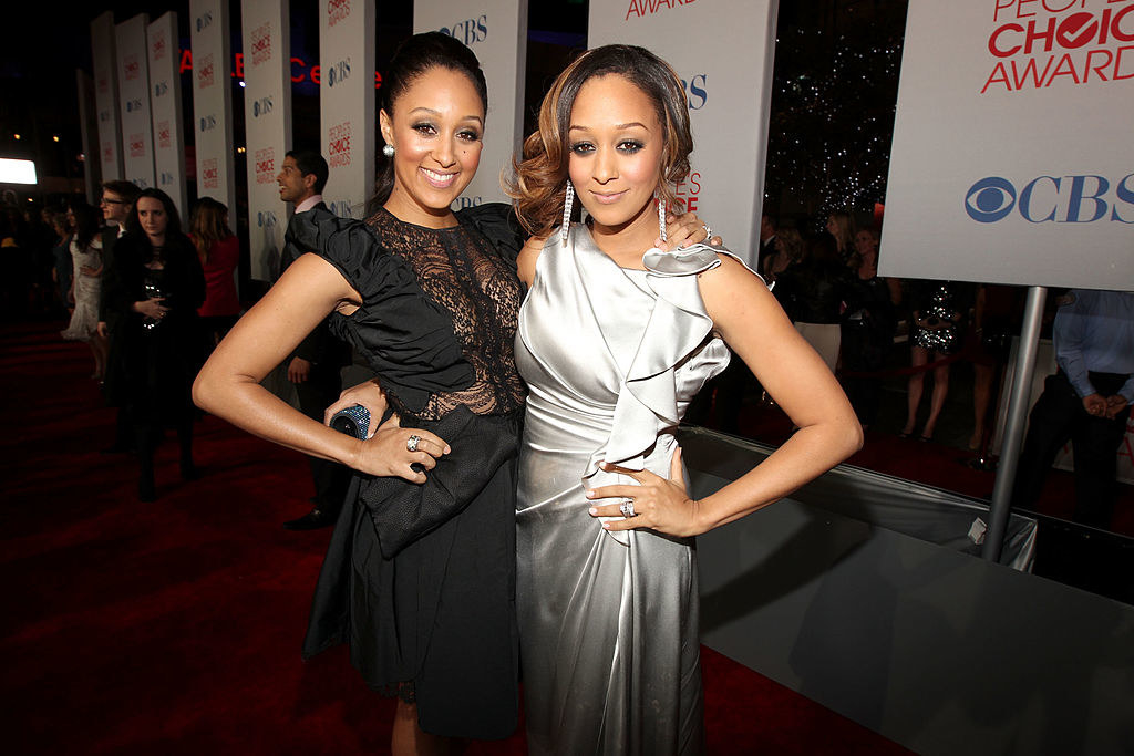 Tamera Mowry (L) and Tia Mowry arrive at the 2012 People's Choice Awards at Nokia Theatre L.A. Live