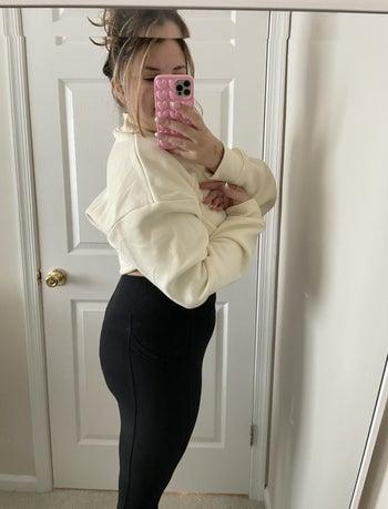 Ali showing side profile of onyx leggings