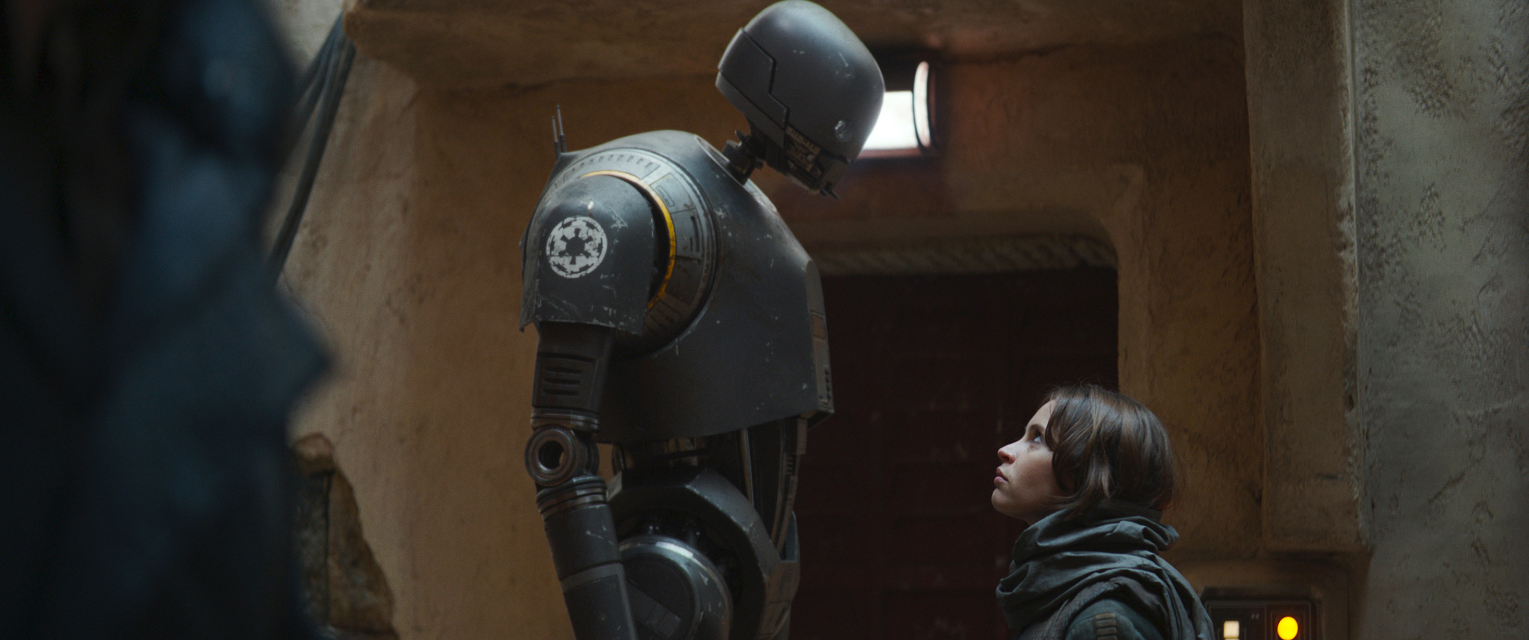 K-2SO and Jyn Erso looking at each other