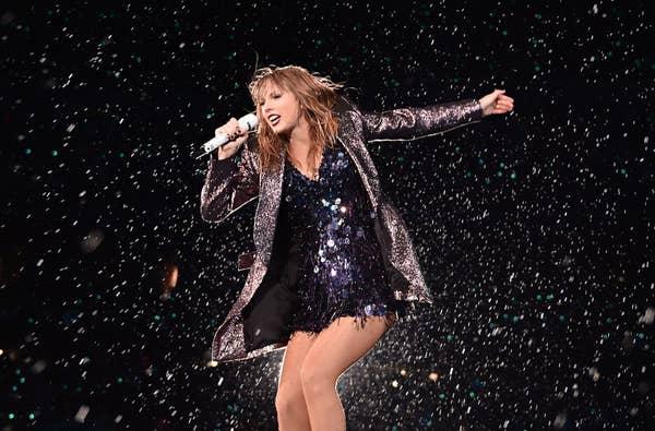 Taylor Swift tampil di atas panggung selama Reputasi Stadium Tour 2018 di Soldier Field pada 2 Juni 2018 di Chicago, Illinois