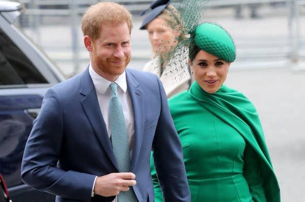 Meghan mengenakan pakaian hijau formal saat menuju ke acara bersama Harry