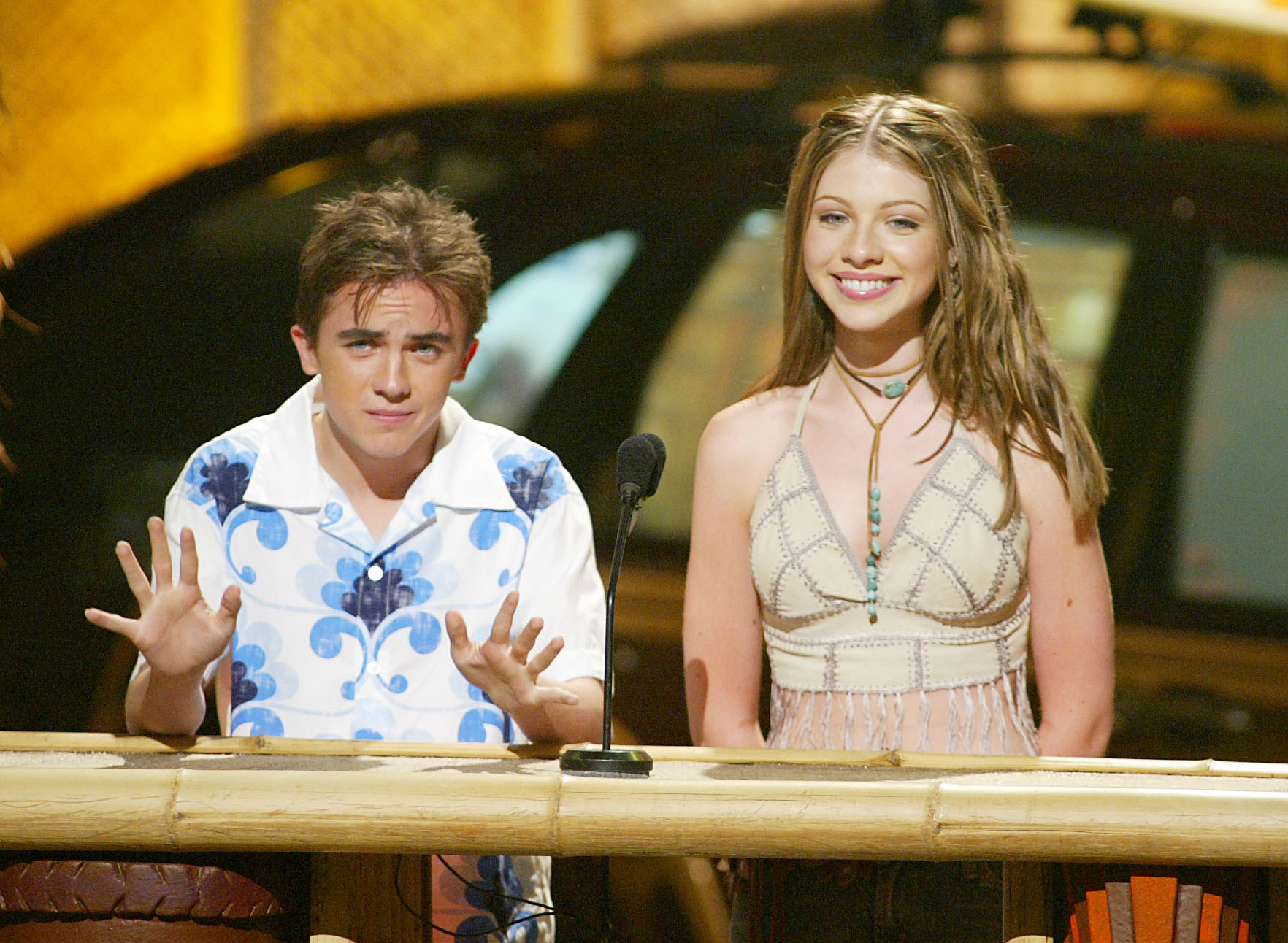 Frankie Muniz and Michelle Trachtenburg in a Hawaiian shirt and a crop top, respectively