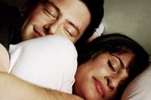 一对夫妇在床上拥抱
