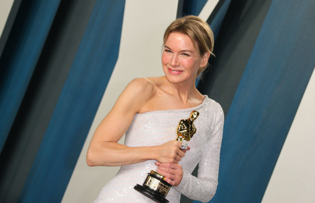 """Renée Zellweger holds her Oscar for Best Actress for """"Judy"""" as she attends the 2020 Vanity Fair Oscar Party following the 92nd Oscars"""