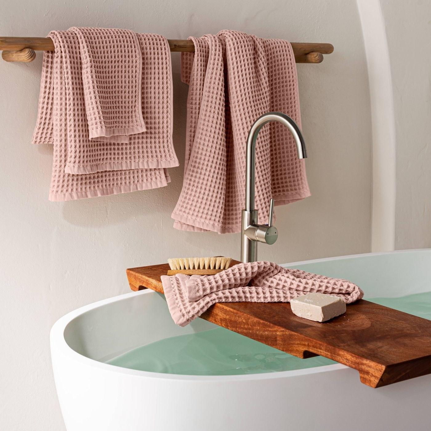 towels on bathtub